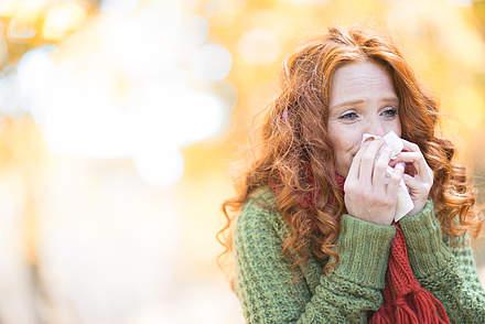 Frau mit Heuschnupfen im Herbst