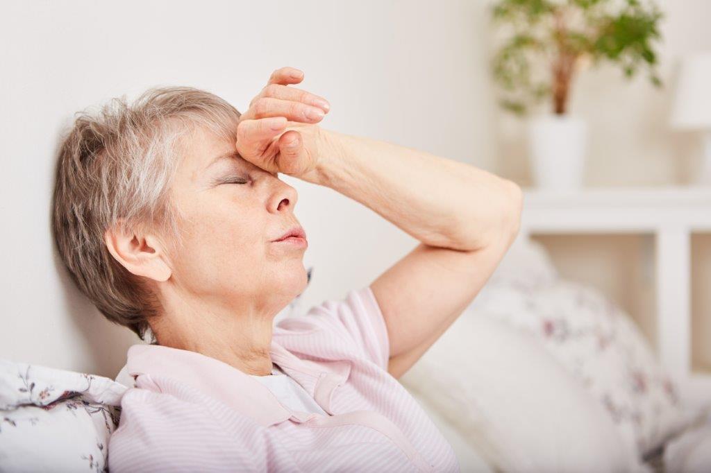 Frau mit Migräne aufgrund Pollenallergie