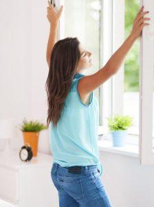 Montage Fensterfalz-Lüftungssystem im Haus