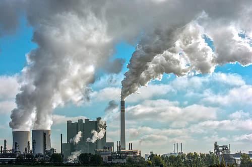 Verschmutzung der Luft durch klassischen Smog im Industriegebiet
